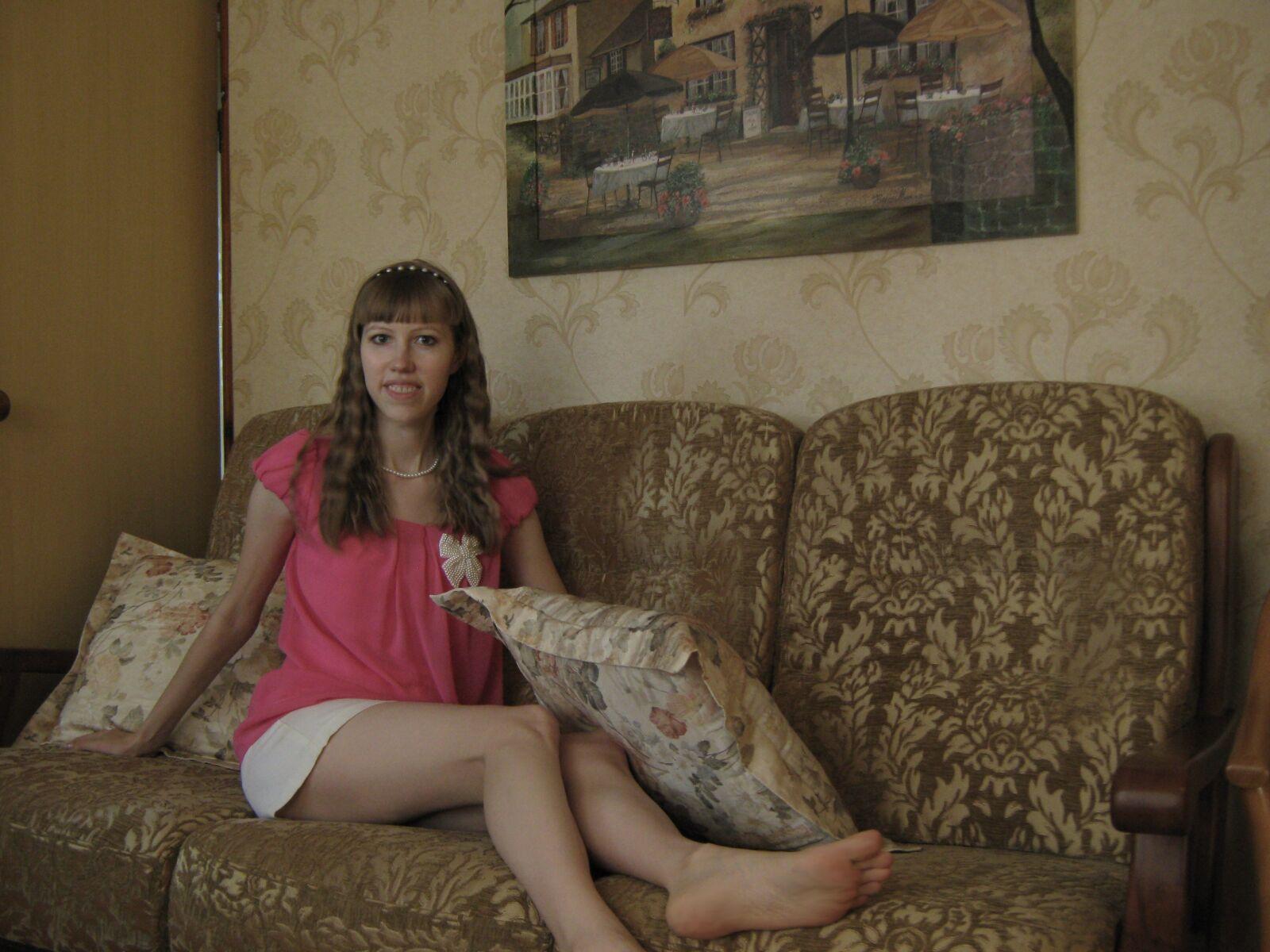 "Canon PowerShot A470 sample photo. ""Girl, sofa, interior"" photography"