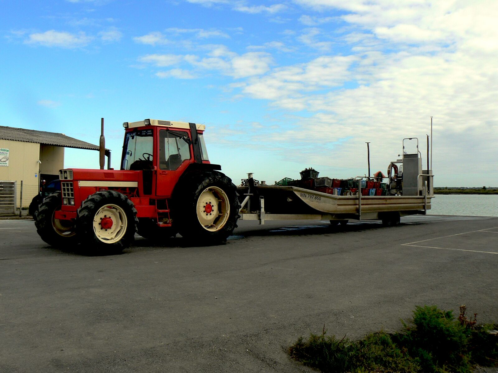 """Panasonic DMC-FZ7 sample photo. """"Tractor, oyster, oysters"""" photography"""