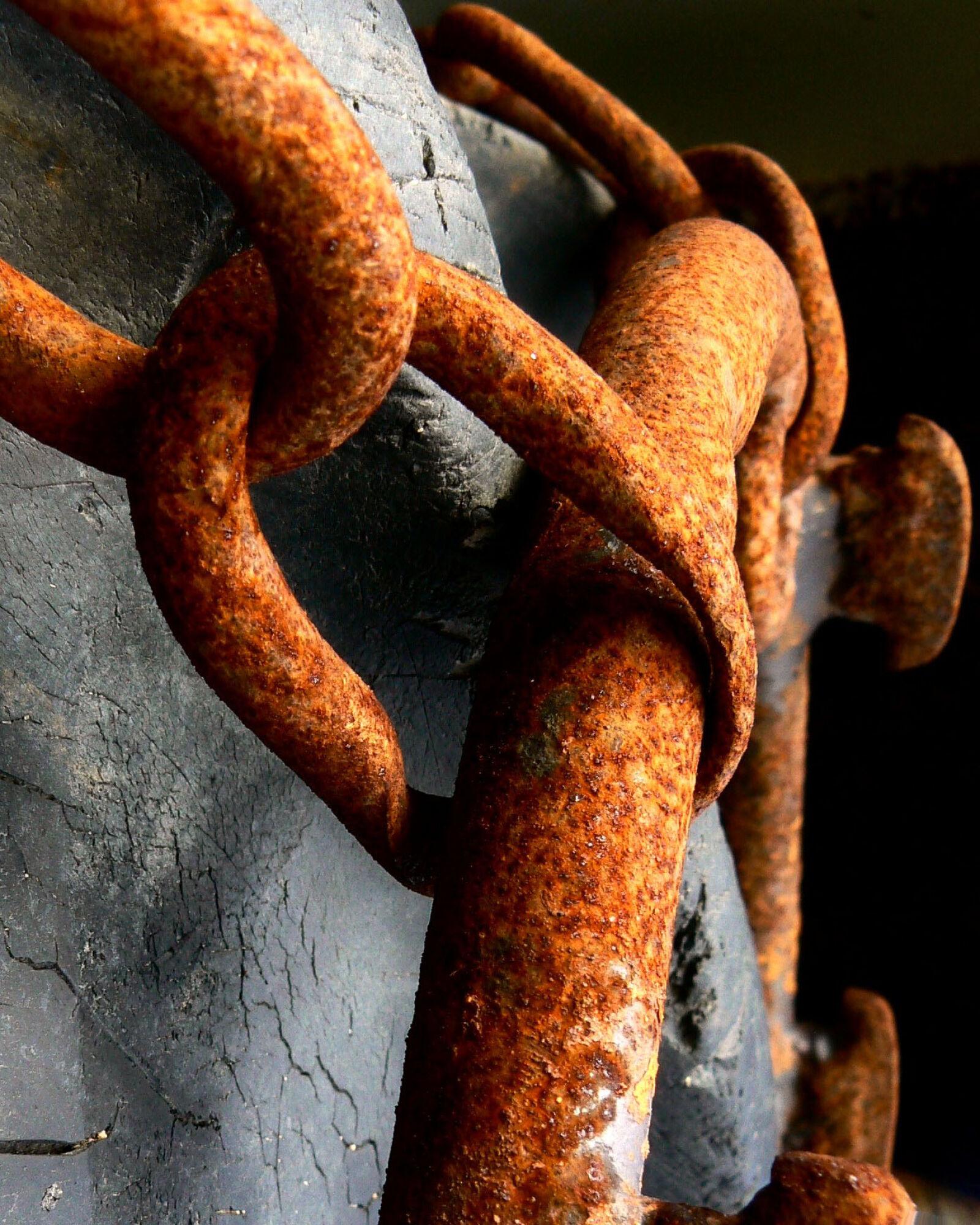 "Panasonic DMC-FZ7 sample photo. ""Chain, rusty, tire"" photography"