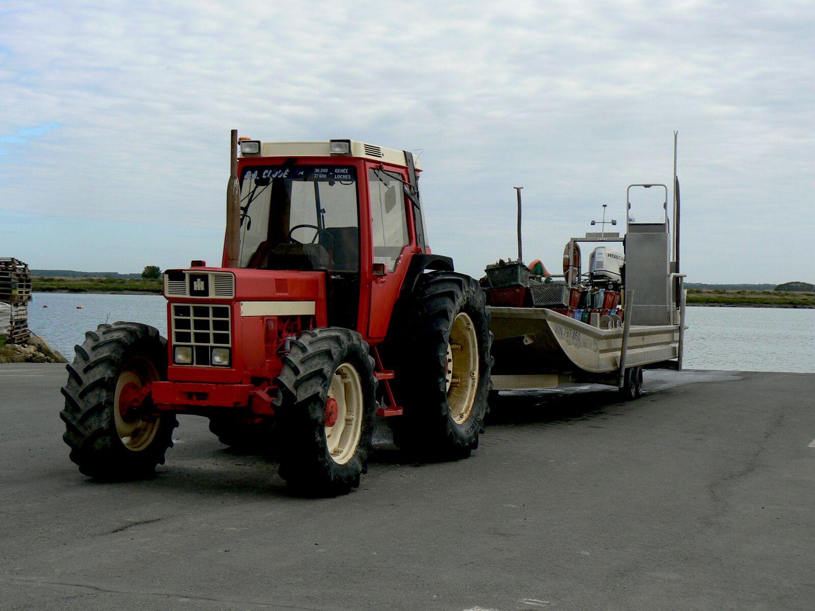 "Panasonic DMC-FZ7 sample photo. ""Tractor, barge, oyster"" photography"