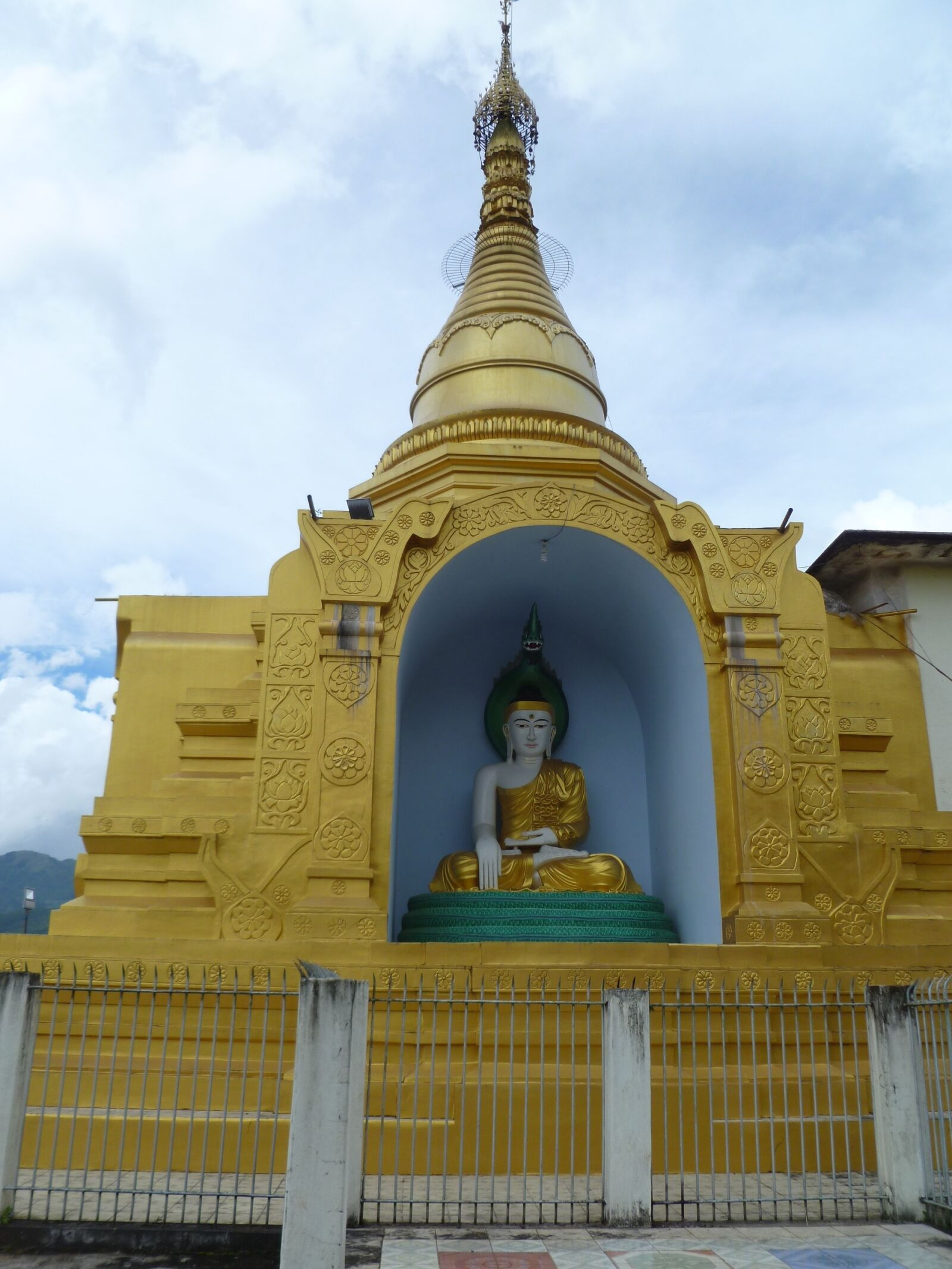"Panasonic DMC-FH20 sample photo. ""Burmese, buddha, temple"" photography"