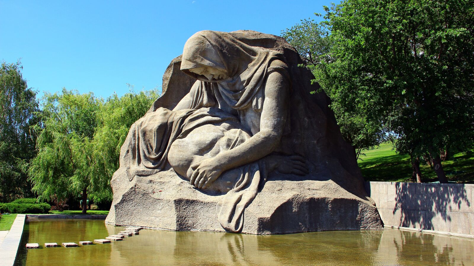 "Canon EOS 600D (Rebel EOS T3i / EOS Kiss X5) sample photo. ""A grieving mother, volgograd"" photography"
